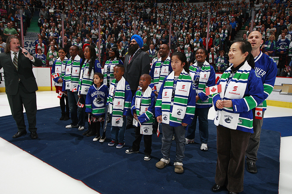 As part of Citizenship Week 2014, the Honourable Tim Uppal, Minister of State (Multiculturalism), and new Canadian citizens sing the national anthem at Rogers Arena, home of the Vancouver Canucks — Vancouver, British Columbia